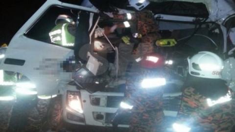 Dua lori berlanggar, pemandu cedera tersepit
